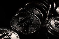Bitcoins, черная предпосылка стоковое фото