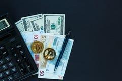 bitcoins -在计算器,在真正的金钱背景的笔旁边的隐藏货币 互联网电子商务,安全,风险,投资,busi 免版税库存照片
