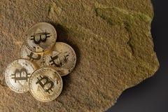 Bitcoins auf einem Felsen mit grauem Hintergrund stockfotografie