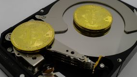 Bitcoins auf einem Festplattenlaufwerk lizenzfreie stockbilder