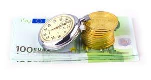 Bitcoins auf einem Stapel von hundert Euros und eine Birne stoppen auf whi ab Lizenzfreie Stockfotos