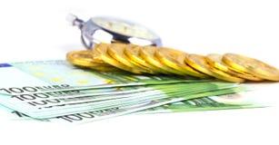 Bitcoins auf einem Stapel von hundert Euros und eine Birne stoppen auf Whit ab Stockfotografie