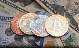Bitcoins avec des billets de banque des USA, bitcoin d'or, bitcoin argenté, bitcoin en bronze Photos libres de droits