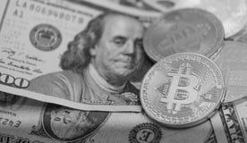 Bitcoins avec des billets de banque des USA, bitcoin d'or, bitcoin argenté, bitcoin en bronze Image stock