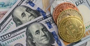 Bitcoins avec des billets de banque des USA et des billets de banque britanniques, 20 livres sterling, 10 notes de livre sterling Image libre de droits