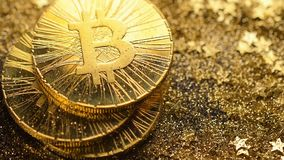 Bitcoins baja abajo y las monedas de los guardapolvos del oro macras almacen de video