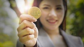 Bitcoins - Bitcoin显示的在手中一名偶然女实业家 免版税库存图片