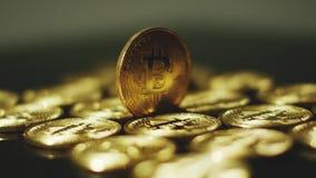 Bitcoins brillantes de oro almacen de video