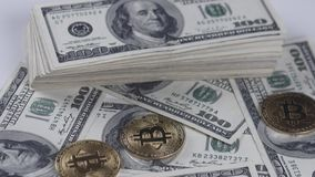 Bitcoins BTC铸造转动与100美国美元票据  影视素材