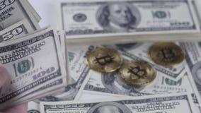 Bitcoins BTC inventa o giro com contas de 100 dólares americanos vídeos de arquivo