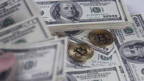 Bitcoins BTC invente la rotation avec des billets de 100 dollars américains banque de vidéos