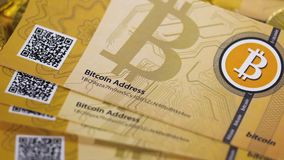 Bitcoins cai para baixo e esconde modelos reais do ouro vídeos de arquivo