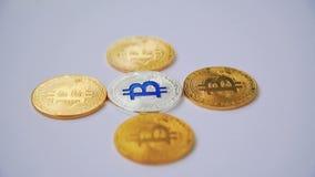 Bitcoins che gira sul fondo bianco 4K archivi video