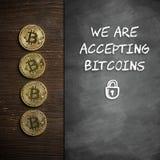 """Bitcoins con la lavagna ed il messaggio """"accettiamo i bitcoins """" fotografia stock libera da diritti"""