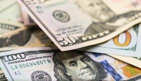 Bitcoins con le banconote degli Stati Uniti, bitcoin dorato, bitcoin d'argento, bitcoin bronzeo Fotografie Stock Libere da Diritti