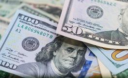 Bitcoins con le banconote degli Stati Uniti, bitcoin dorato, bitcoin d'argento, bitcoin bronzeo Immagine Stock Libera da Diritti