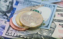 Bitcoins con le banconote degli Stati Uniti, bitcoin dorato, bitcoin d'argento, bitcoin bronzeo Immagini Stock Libere da Diritti