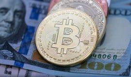Bitcoins con le banconote degli Stati Uniti, bitcoin dorato, bitcoin d'argento, bitcoin bronzeo Fotografia Stock