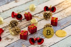 Bitcoins con le decorazioni di natale sulla tavola d'annata fotografie stock
