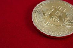 Bitcoins d'or (argent virtuel numérique) sur le fond rouge Images libres de droits