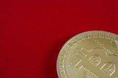 Bitcoins d'or (argent virtuel numérique) sur le fond rouge Photographie stock libre de droits