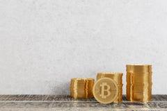 Bitcoins d'or dans la chambre Photos libres de droits