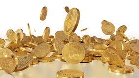 Bitcoins, das auf einen Stapel fällt Stockfoto