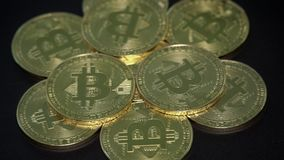 Bitcoins, das auf schwarzen Hintergrund sich dreht Digital Cryptocurrency stock video footage