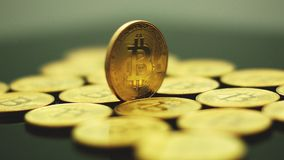 Bitcoins de oro brillantes en primer almacen de video