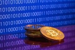 Bitcoins de oro de la foto en fondo digital azul concepto comercial de moneda crypto Imagenes de archivo