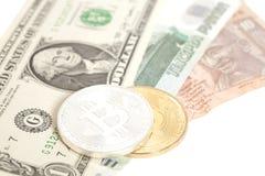 Bitcoins de oro de la plata del extremo con U S dólar, rupia del extremo de la rublo Imagen de archivo libre de regalías