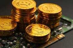 Bitcoins de oro en placa de circuito imagen de archivo