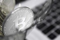 Bitcoins de oro en un primer del vidrio de cóctel Foto de archivo
