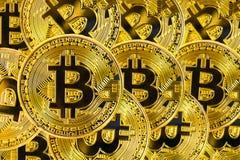 Bitcoins de oro, nuevo dinero virtual Imágenes de archivo libres de regalías