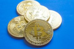 Bitcoins de oro, nuevo dinero virtual Fondo para una tarjeta de la invitación o una enhorabuena Fotografía de archivo