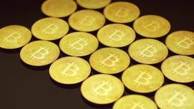 Bitcoins de oro que mienten en filas metrajes
