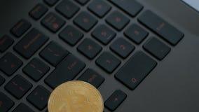 Bitcoins de oro y de plata en el teclado, primer extremo, tiro del carro metrajes