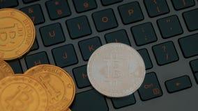 Bitcoins de oro y de plata en el teclado, primer extremo, tiro del carro almacen de video