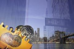Bitcoins de oro y de plata en electrónica Fotos de archivo libres de regalías