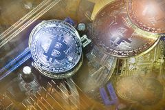 Bitcoins de oro y de plata en electrónica Foto de archivo libre de regalías