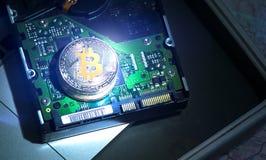 Bitcoins de oro y de plata en electrónica Imágenes de archivo libres de regalías