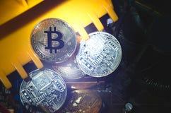 Bitcoins de oro y de plata en electrónica Fotos de archivo