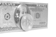 Bitcoins de prata com U S Dólar imagem de stock