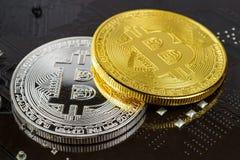 Bitcoins de prata e dourados no close up preto do fundo Dinheiro virtual de Cryptocurrency Imagens de Stock