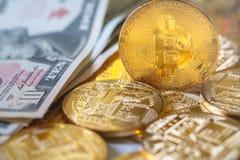 Bitcoins dell'oro del primo piano Fotografie Stock Libere da Diritti