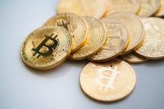 Bitcoins dell'oro del primo piano Immagine Stock