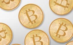 Bitcoins dell'oro sopra fondo bianco dalla cima Fotografia Stock
