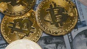 Bitcoins dorati che girano sulle fatture di 100 dollari archivi video