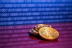 Bitcoins dorati della foto su fondo digitale blu concetto commerciale di valuta cripto Fotografia Stock