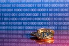 Bitcoins dorati della foto su fondo digitale blu concetto commerciale di valuta cripto Immagine Stock